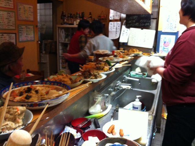 カウンターに並んだ料理たち