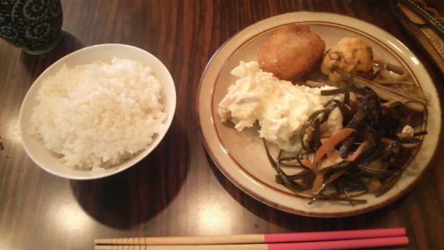 野菜中心の晩ご飯もあります。ここの白米はなぜかおいしい。