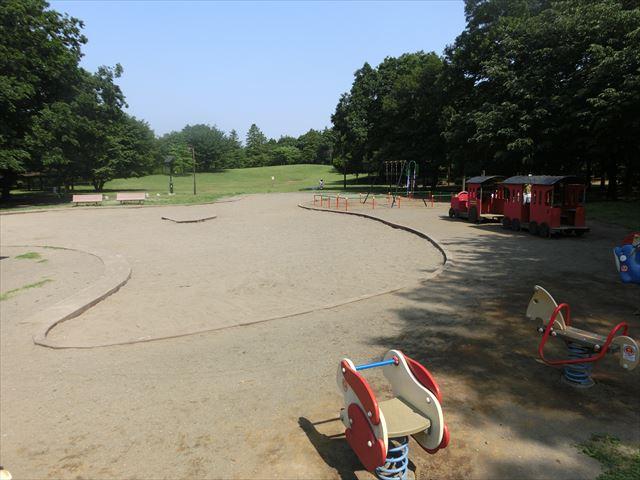 大きな砂場とちょっとした遊具