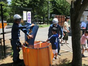 子供たちも放水を体験しました。