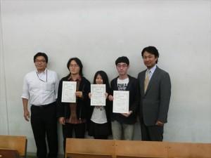 左は小林先生 中央は受賞者の学生さん 右は小泉オーナー